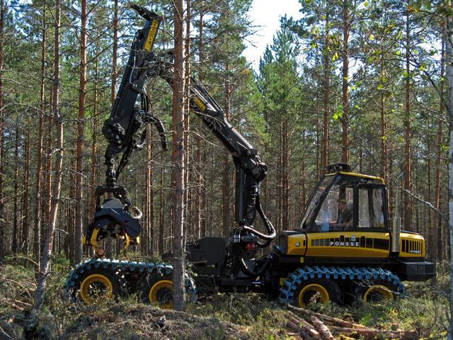 Harvesteri katkomassa puuta harvennuskohteella