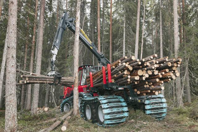 Komatsu B45 kuormaamassa puutavaraa metsässä