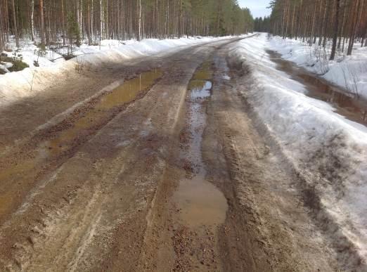 Tie, jonka pinnalla on sulamisvesilätäköitä.