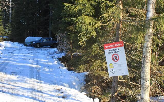 Varoituskyltti puunkorjuutyömaasta