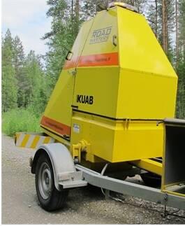 Kuvassa on keltainen auton perässä vedettävä KUAB-pudotuspainolaite..jpg