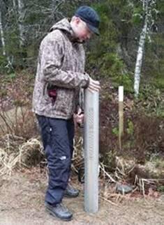 Kuvassa mies käyttää kannettavaa Loadman-painopudotuslaitetta.