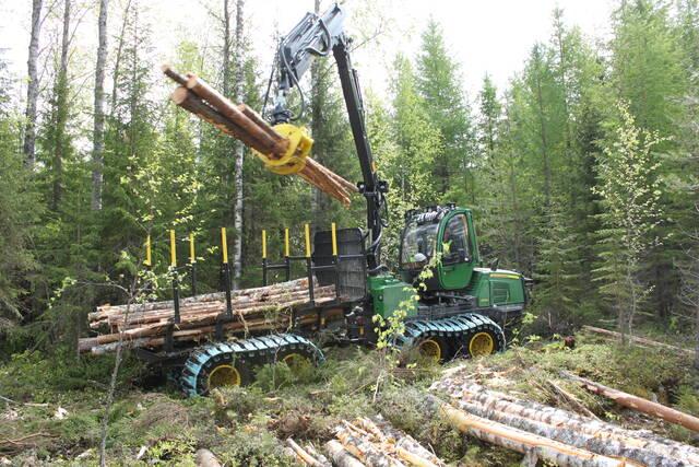 John Deere 810E -ajokone kuormaamassa puutavaraa