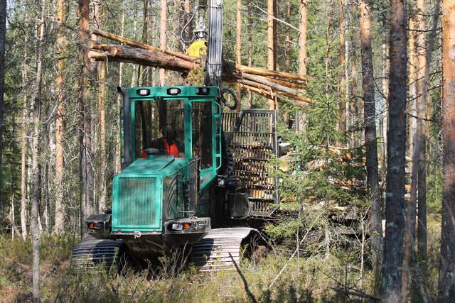 ProSilvan ajokone kuormaamassa puutavaraa