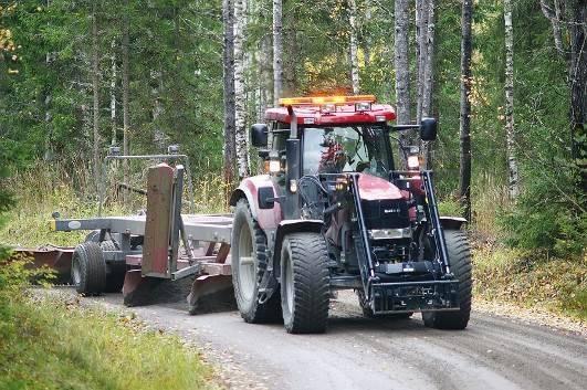 Kuvassa tehdään metsätien lanausta järeällä traktorikalustolla, lisäsiipi on pystyasennossa.