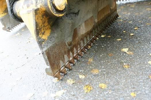 Kuvassa on tien pinnan tasaukseen käytettävä tappiterä, joka soveltuu parhaiten kulutuskerroksen leikkaukseen.